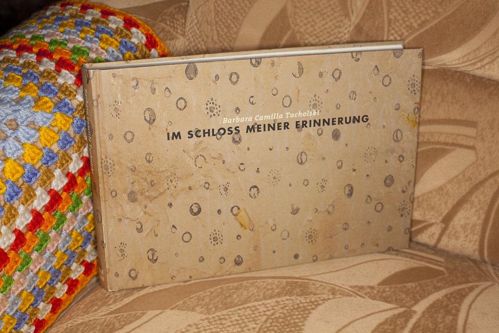 Barbara Camilla Tucholski  IM SCHLOSS MEINER ERINNERUNG, 204 Seiten, 184 Farbabbildungen, 18 x 27 cm deutsch/englisch, WEIDLE Verlag, 2010, ISBN 978-3-938803-2-4